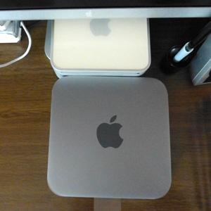 3fc4238f20e30 開封してびっくり。今使ってるMac mini 2007(か2006。1枚目写真上の白いやつ)より二回りも大きいです! Mac  miniはすべて同じ大きさだと思ってちゃんとサイズを見てい ...